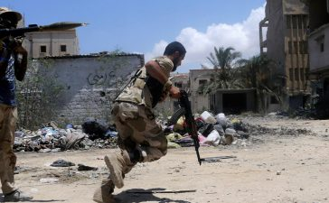 A member of the Libyan Army's special forces runs for cover during clashes with Islamist militants in the militants' last stronghold in Benghazi, Libya, July 17, 2017. REUTERS/Esam Omran Al-Fetori