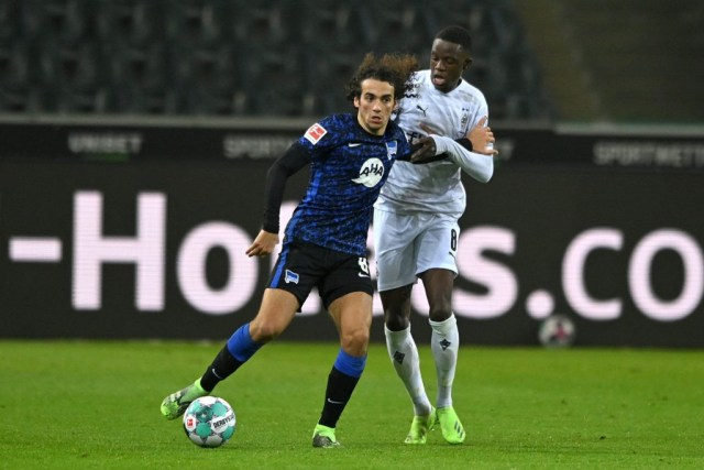MOENCHENGLADBACH, GERMANY: Matteo Guendouzi of Hertha BSC is challenged by Denis Zakaria of Borussia Monchengladbach during the Bundesliga match between Borussia Moenchengladbach and Hertha BSC at Borussia-Park on December 12, 2020. (Photo by Sascha Steinbach - Pool/Getty Images)