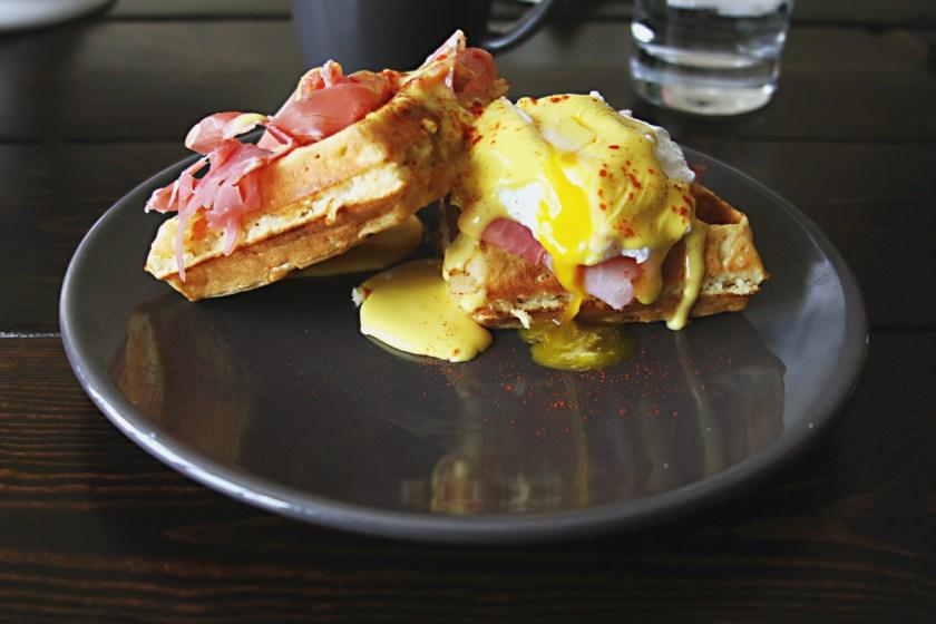 waffle-eggs-benedict-prosciutto-8
