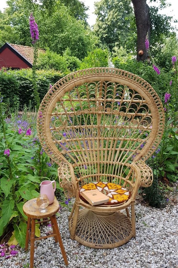 op vakantie in eigen tuin - mijmeren in stoel