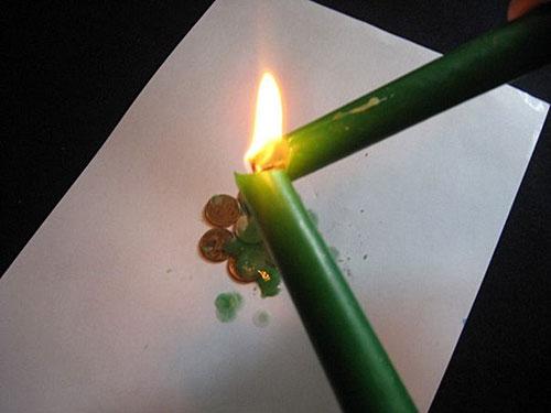 žvakė trys juodos varnos)