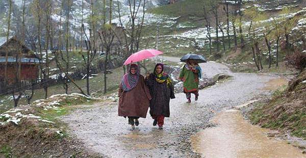 موسم نے اچانک بدلی کروٹ ، سرینگر,شوپیان اور لولاب میں ژالہ باری اورتیز بارشوں سے سیلابی صورتحال ،فصلوں اور میوہ جات کو بھاری نقصان