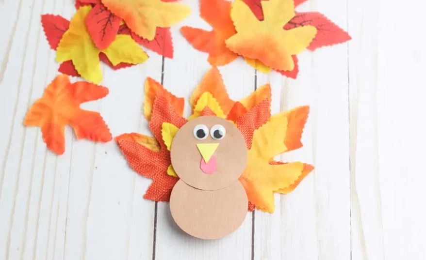 20 + Thanksgiving crafts and printable ideas for kids. A list of so many ideas, some even perfect do to at the table on Thanksgiving Day.