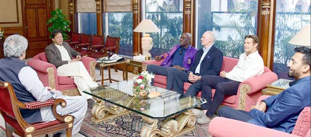 وزیراعظم سے لیجنڈ کرکٹرز کی ملاقات