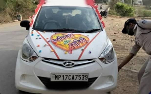 شادی کی تقریب میں کورونا ایس او پیز کی خلاف ورزی ، بھارتی پولیس نے دولہا دلہن کوانوکھی سزا دے دی