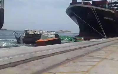 کراچی بندرگاہ پر دو جہاز ٹکرانے سے 18 کنٹینر سمندر میں گرگئے