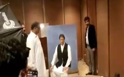 عمران خان کے آتے ہی اسمبلی کے اہلکاروں نے ان سے پہلا کام کیا کروایا ؟ مٹھائی کے پیسے نہیں مانگے بلکہ ۔۔۔