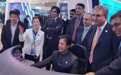 وزیراعظم عمران خان چین میں یہ کیا کر رہے ہیں کہ دیکھ کر پاکستانیوں کے لیے ہنسی روکنا مشکل ہو گیا