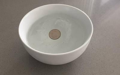 ایک پیالے میں پانی اور سکہ ڈال کر اپنے فریزرمیں رکھیں، بڑا مسئلہ حل ہوجائے گا