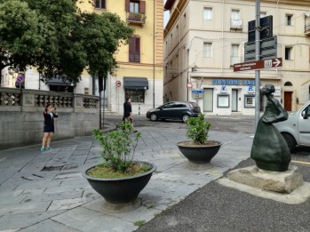 Grazia Deledda status in Corso garibaldi, Nuoro