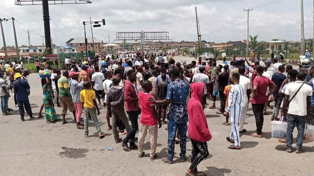 IMG 20201016 125546 1 1024x576 - End SARS: Protesters hold Juma't prayer on expressway as CSO's join agitations against Police brutality [Photos]
