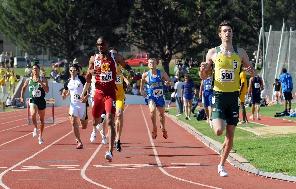 Andrew Wheating defeating Duane Solomon at the 2008 NCAA West Region Championships. (Randy Miazaki / TrackandFieldPhoto.com)