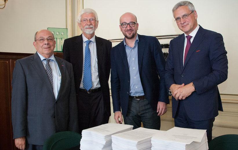 Le Pr De Leenheer (UGent) et le Pr Gevers (UCL) ont remis aux formateurs Charles Michel (MR) et Kris Peeters (CD&V) la pétition signée par 5000 scientifiques réclamant le maintien des PAI dans le giron fédéral belge.