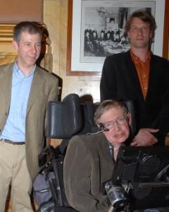 Stephen Hawking à Bruxelles, en 2007, avec le Pr Marc Henneaux (à gauche), directeur des Instituts de physique chimie Solvay. © ULB