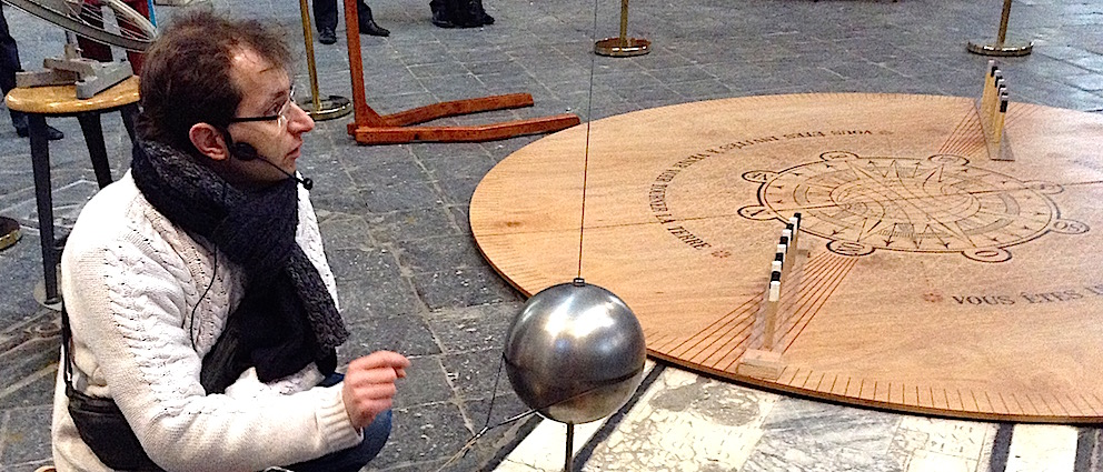 Pendant deux mois, l'expérience du pendule de Foucault attend les visiteurs de la Collégiale Ste-Waudru, à Mons.