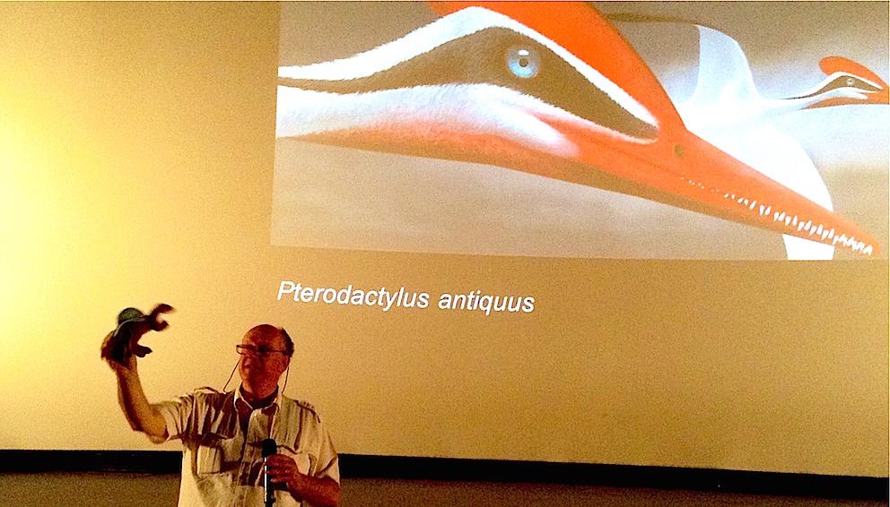 Le Pr Rasmont et une représentation moderne et colorée du ptérodactyle.