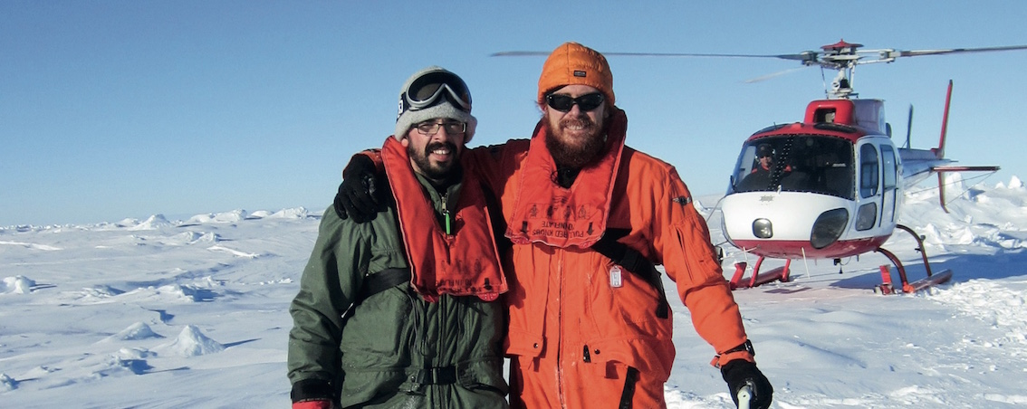 Extrait de l'affiche de l'UCL promouvant l'année Louvain de l'aventure scientifique. Olivier Lecomte (à g. sur la photo), chercheur (UCL/ELI/TECLIM), parti en Antarctique en 2012 dans le cadre de la mission SIPEX (Sea Ice Physics and Ecosystem eXperiment).
