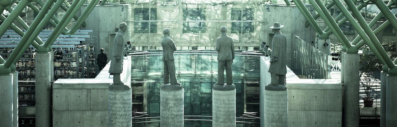 Quatre statues montent la garde dans la bibliothèque de l'Université de Varsovie. A gauche, Stanislaw Lesniewski. © DR
