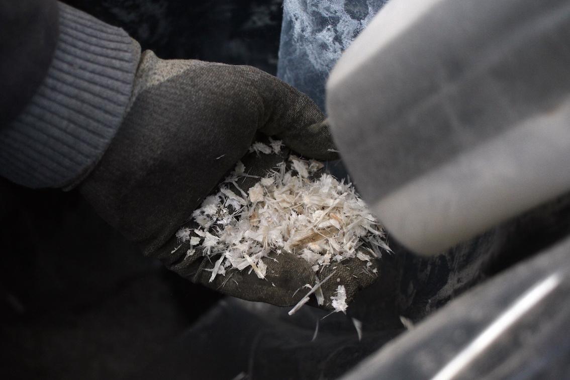 Fraction de fibres de verre épurées à la sortie du tamiseur . © Laetitia Theunis