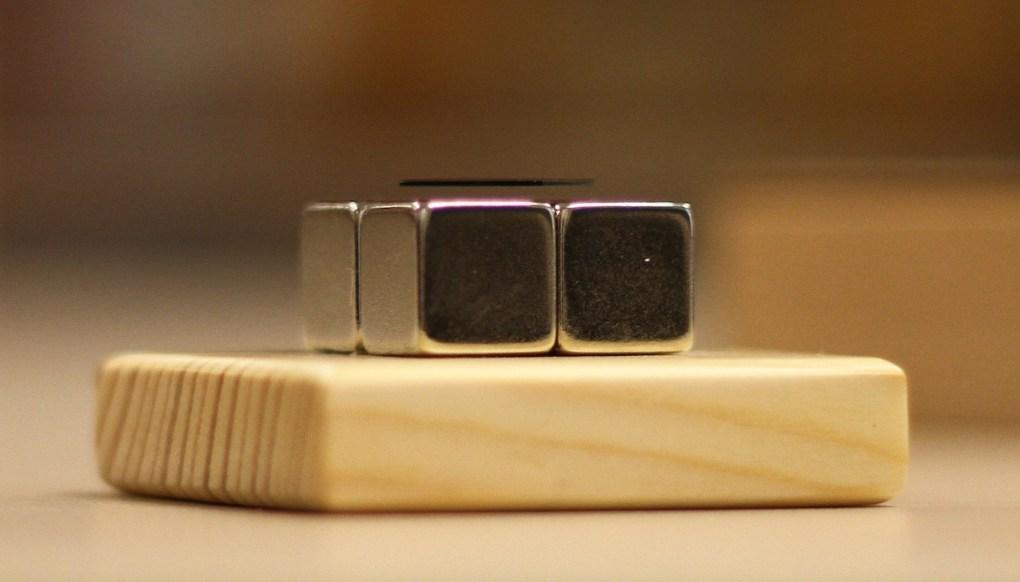 Fortement diamagnétique, une feuille de graphite pyrolytique lévite au-dessus de quatre aimants permanents © Laetitia Theunis