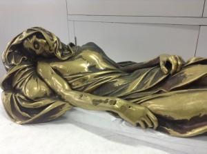 Le gisant du monument de 't Serclaes a souffert de l'atmosphère soufrée de Bruxelles.