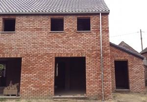 La façade est réalisée en briques cuites. Les briques crues sont à l'intérieur du bâtiment.