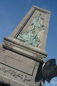 Monument érigé à Waterloo à la mémoire de tous les Belges morts sur le champ de bataille. La dédicace « Aux Belges morts le XVIII juin MDCCCXV en combattant pour la défense du drapeau et l'honneur des armes » rend bien compte de la difficulté à commémorer toutes les victimes « belges » © Pierre Devahif