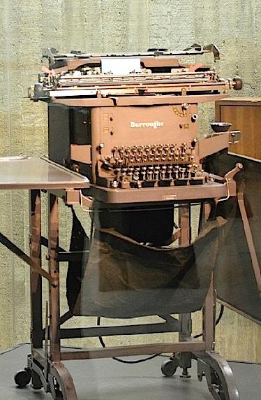 La machine à calculer Burroughs série M est désormais visible, en vitrine, à la Faculté d'informatique, rue Grandgagnage 21, à Namur.