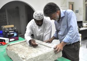 Eisa Yousef, du département des Antiquités de Sharjah, et Bruno Overlaet examinent l'inscription