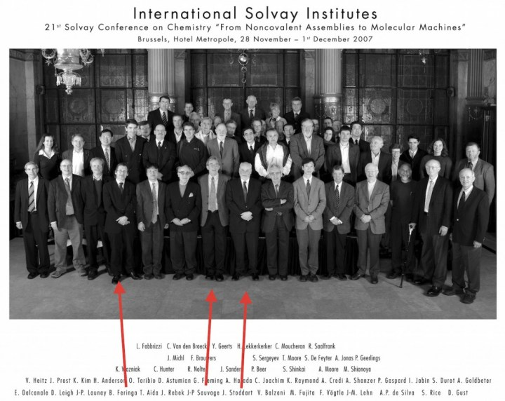 Au Conseil de Chimie Solvay de 2007, les trois futurs lauréats du Prix Nobel de Chimie 2016 occupent le premier rang de la photo.