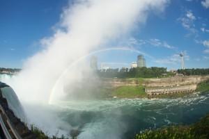 Le nuage de type cataractagenitus se développe près des chutes d'eau importantes. Ici, les chutes du Niagara. (Cliquer pour agrandir)