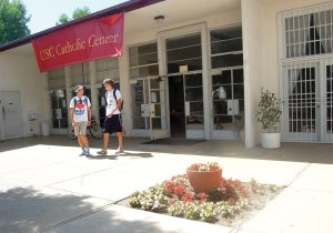 Out with the old · Left: Dan Rodriguez, a sophomore majoring in civil engineering, and Will Townsend, a sophomore majoring in business administration, walk out of the current Catholic Center. - Alejandra Vargas-Johnson | Daily Trojan