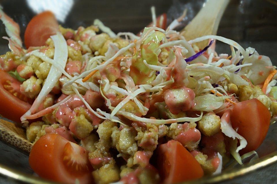 Refreshing Crispy Tofu Salad with Strawberry Vinaigrette 2