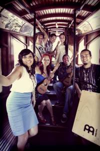 Las Cafeteras on a trolley. Photo by Piero F. Giunti.