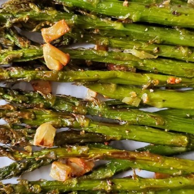 Air fryer garlic roasted asparagus with crunchy tips