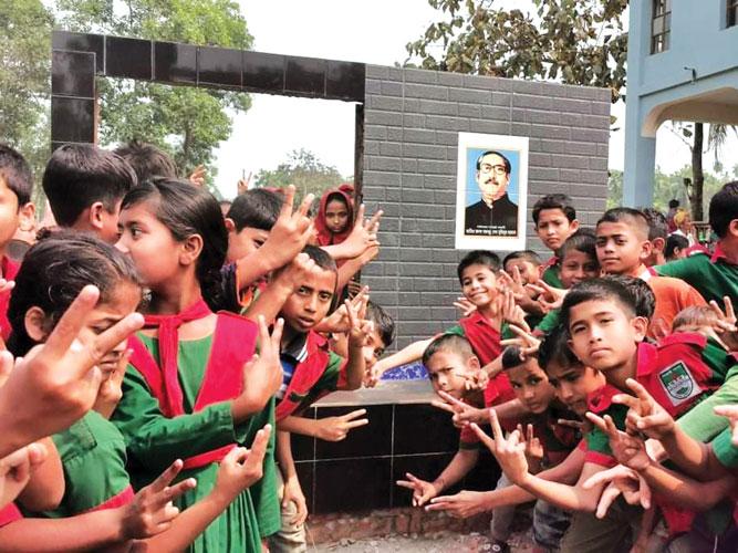 উখিয়ায় টিফিনের টাকায় বঙ্গবন্ধুর প্রতিকৃতি তৈরি করছে প্রাইমারি শিক্ষার্থীরা