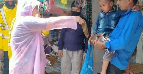 করোনা সচেতনতায় পঞ্চগড়ে জেলা প্রশাসকের মাস্ক ও লিফলেট বিতরণ