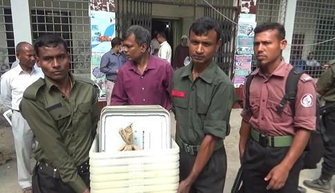 গাইবান্ধা-৩ আসনে উপ-নির্বাচন : ভোট কেন্দ্রে নির্বাচনী সামগ্রী প্রেরণ