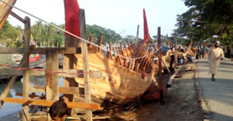 দৌলতখানে নৌকা তৈরিতে ব্যস্ত কারিগররা