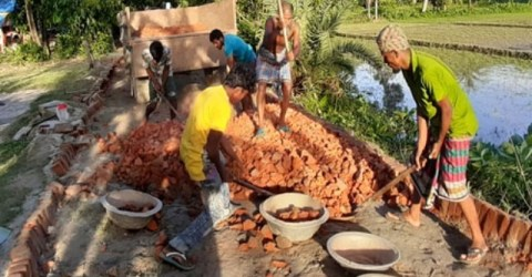 তোপের মুখে সড়ক থেকে নিম্মমানের ইট তুলে নিলেন ঠিকাদার