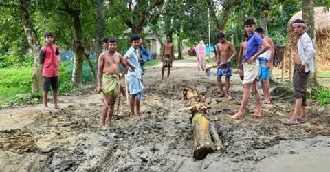 গৌরীপুরে অটো চালকদের সেচ্ছাশ্রমে রাস্তা সংস্কার