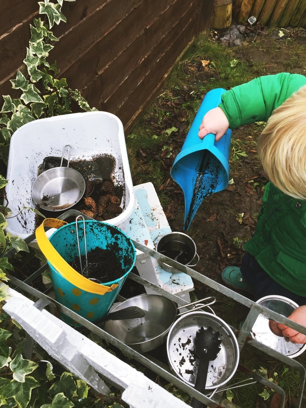 How to make a mud pie station, garden mud pie kitchen, outdoor activities for kids from daisies and pie