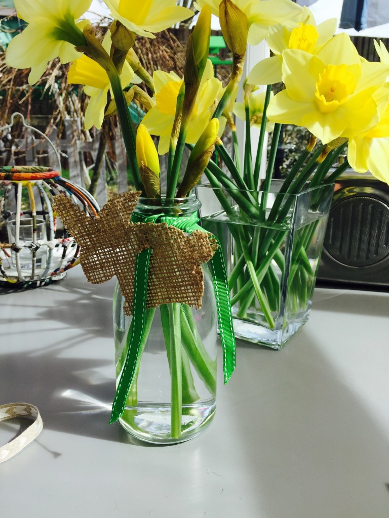 how to arrange spring flowers, how to display daffodils, spring flowers in the home, home style from daisies and pie