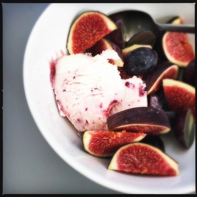 dark fruits with frozen yogurt, easy fruit dessert, quick fruit dessert, dark fruits serving suggestion, easy family food from daisies and pie