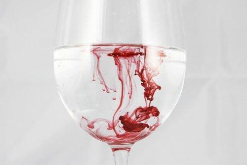 コップと血