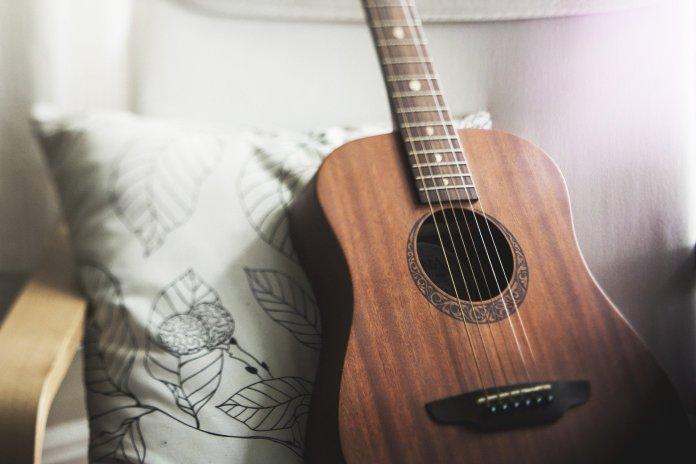 violão encostado: músicos têm prejuízo em Piracicaba