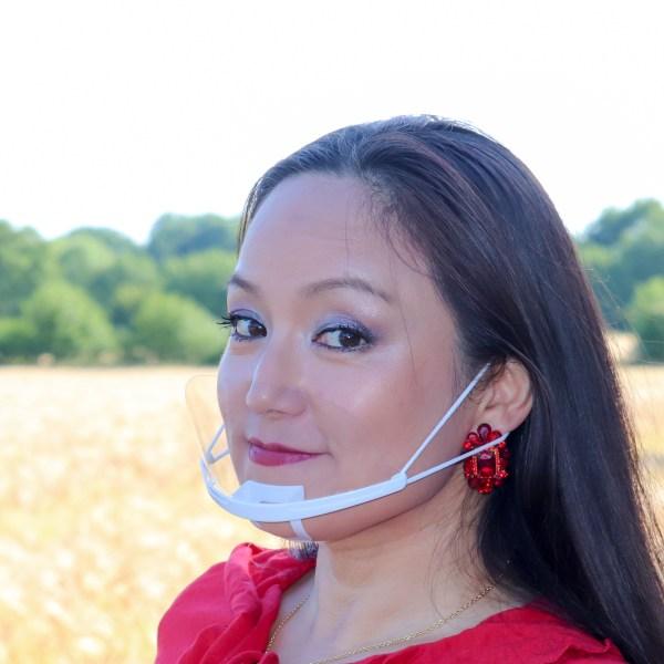 Face Shield für Mund und Nase mit Halterung am Kinn und den Ohren. Bild zeigt den Artikel am Model von der Seite.
