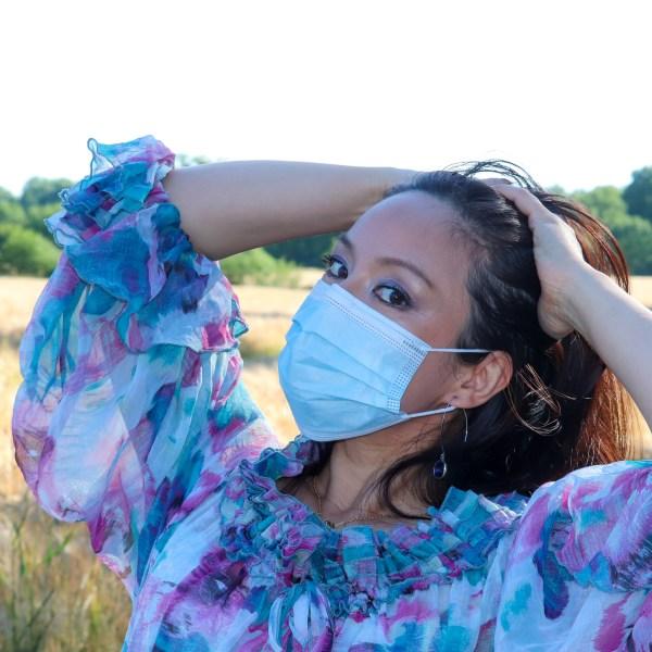 Die Behelfs Maske an einem entspannten Model aufgenommen. Artikelnummer DKT-E3104, erhältlich bei DaKaiTOP