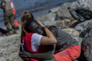 El abrazo de una voluntaria de la Cruz Roja a un inmigrante   La historia detrás de la imagen que desató una ola de acoso en redes sociales