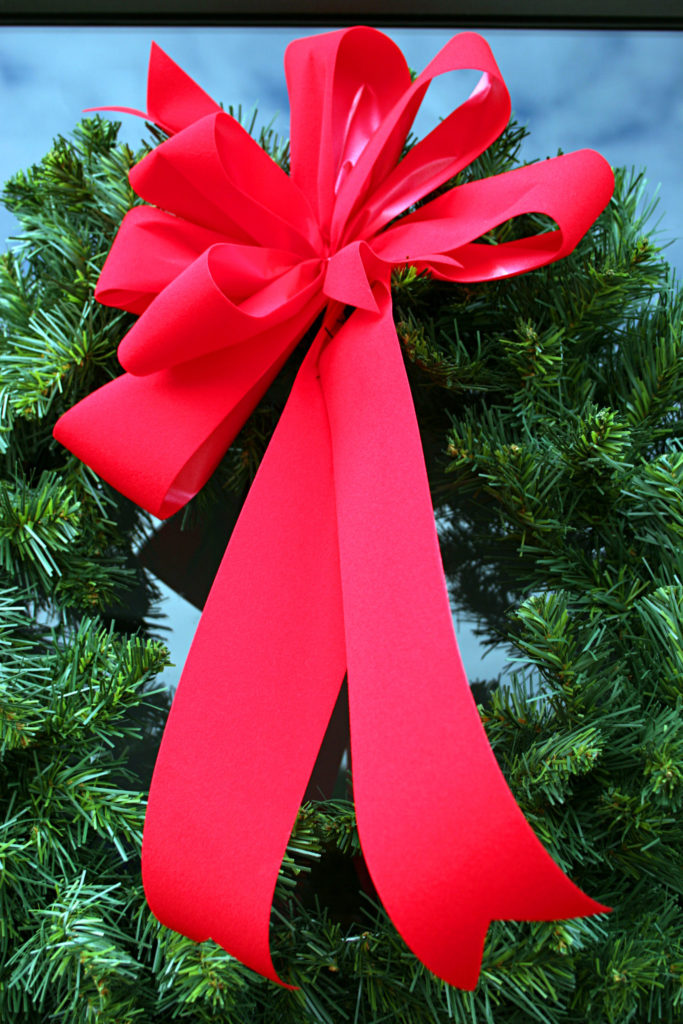 Red-Christmas-Bow-on-Wreath-176002178_2336x3504-683x1024.jpeg